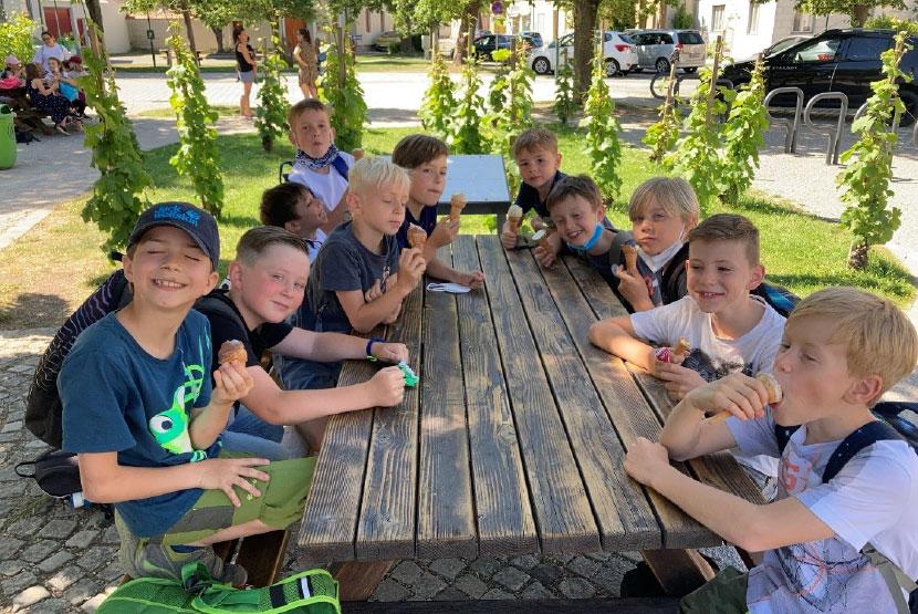 Eis essen in der Volksschule Tribuswinkel